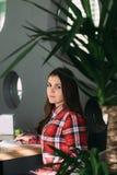 Студент девушки сидя в кафе на стуле Стоковая Фотография RF