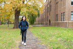 Студент идя к школе стоковое фото