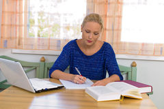 Студент изучая для ее степени стоковые изображения rf