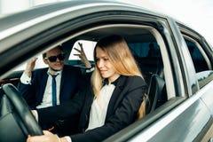 Студент инструктора по вождению и женщины в автомобиле рассмотрения Стоковые Изображения RF