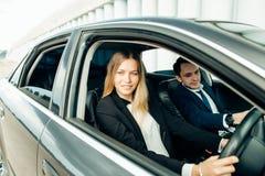 Студент инструктора по вождению и женщины в автомобиле рассмотрения Стоковое Фото