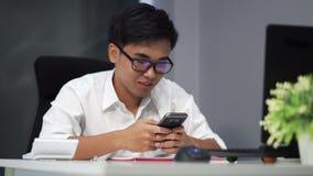 Студент используя smartphone сток-видео