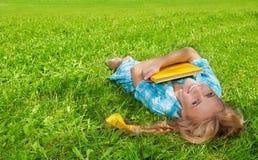 студент книги смеясь над ся над Стоковые Изображения RF