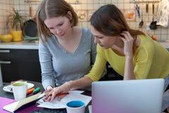 Студент коммерсантки домохозяйки 2 молодых женщин с радостным emot Стоковые Изображения RF