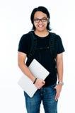 студент компьтер-книжки удерживания коллежа счастливый Стоковая Фотография RF