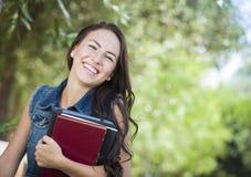 Студент маленькой девочки смешанной гонки с книгами школы стоковые фотографии rf