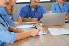 Студент-медики изучая в университете стоковые фотографии rf
