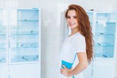 Студент-медик с улыбкой стоковые фото