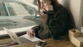 Студент молодой женщины работает удаленно на кафе сток-видео