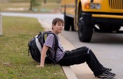 Студент около школьного автобуса Стоковая Фотография