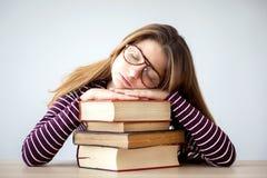 Студент падает уснувший пока изучающ Стоковые Изображения RF