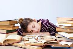 Студент падает уснувший пока изучающ Стоковые Фотографии RF