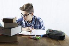 Студент при стекла делая домашнюю работу Стоковые Изображения RF