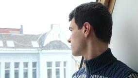 Студент смотря в окно сток-видео