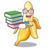 Студент с стилем шаржа талисмана банана книги вкусным свежим бесплатная иллюстрация