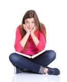 Студент университета пробуренный, расстроенный и overwhelmed путем изучать домашнюю работу Стоковые Фотографии RF
