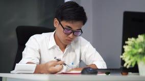 Студент уча и думая сток-видео