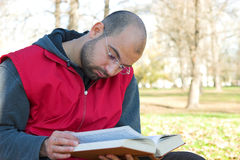 студент чтения книги стоковое изображение