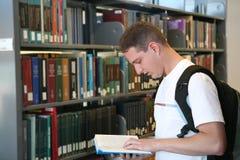 студент чтения книги стоковые изображения