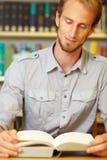студент чтения Стоковая Фотография RF