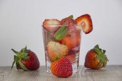 Студень от сока клубники с дополнением свежих ягод стоковое изображение