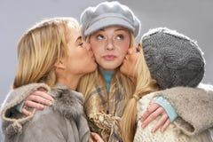 студия подростковые 3 knitwear девушок нося Стоковое Изображение