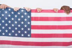 Студия сняла американского флага с разнообразной группой в составе multi eth стоковое изображение