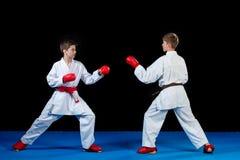 Студия сняла группы в составе дети тренируя боевые искусства карате Стоковые Изображения