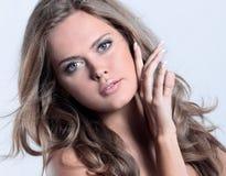 Студия сняла красивой молодой женщины с совершенной кожей против Стоковое Изображение RF