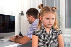 Студия сняла маленькой девочки и ее отца Дочь принимает обиду на ее отца, потому что он дает ее меньшее время для игр стоковое фото rf