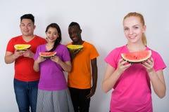 Студия сняла счастливого молодого девочка-подростка с разнообразной группой в составе mu Стоковое Фото