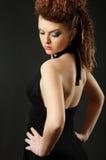 Студия снятая девушки с составом и стилем причёсок Стоковые Фото