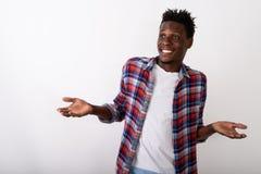 Студия снятая looki промежутка времени молодого счастливого человека черного африканца усмехаясь стоковое фото rf