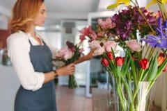 Студия флористического дизайна с флористом в предпосылке Стоковое Фото