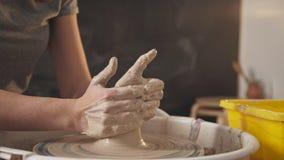 Студия Minimalistic творческая, мастерская гончарни: конец Горшечник на работе сток-видео