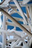 стулы закрепляя изолированное деревянное путя установленное белое стоковое фото rf