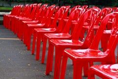 стулы опорожняют красный цвет Стоковое Изображение RF