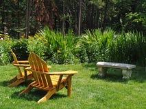 стулы опорожняют лужайку Стоковое фото RF