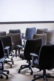 стулы опорожняют полную комнату офиса стоковые фото