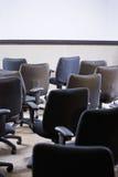 стулы опорожняют полную комнату офиса стоковые фотографии rf