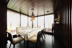 стулы опорожняют таблицу ресторана Стоковое Фото