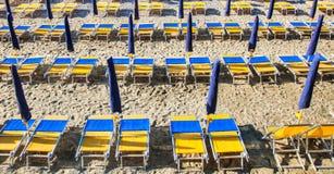 Стулы пляжа ленивые стоковые фотографии rf
