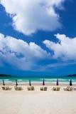 Стулы пляжа на пляже песка с облаком Стоковые Фото