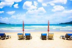 Стулы пляжа на пляже песка Стоковые Фото