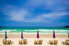 Стулы пляжа на пляже песка Стоковое фото RF