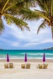 Стулы пляжа на пляже песка Стоковое Фото