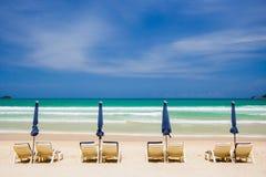 Стулы пляжа на пляже песка Стоковые Изображения