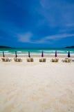 Стулы пляжа на пляже песка Стоковое Изображение