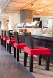 Стулы приближают к штанге в ресторане суш Стоковое фото RF