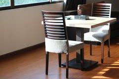 стулы ставят деревянное на обсуждение стоковые изображения rf